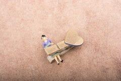 Figurine de femme emprisonnée dans une pince à linge Image libre de droits