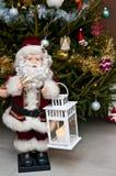 Figurine de Santa Claus avec le bougeoir à l'arbre de Noël Image libre de droits