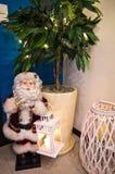 Figurine de Santa Claus dans le coin de chambre de hall Images stock
