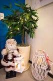 Figurine de Santa Claus dans le coin de chambre de hall Photos libres de droits