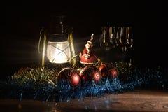 Figurine de Santa Claus, de bonhomme de neige, de jouets de Noël et de lampe de kérosène Photo libre de droits