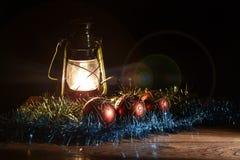 Figurine de Santa Claus, de bonhomme de neige, de jouets de Noël et de lampe de kérosène Photographie stock libre de droits