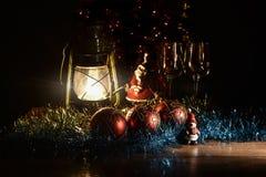 Figurine de Santa Claus, de bonhomme de neige, de jouets de Noël et de lampe de kérosène Photos libres de droits