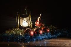 Figurine de Santa Claus, de bonhomme de neige, de jouets de Noël et de lampe de kérosène Photo stock