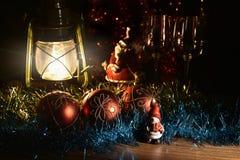 Figurine de Santa Claus, de bonhomme de neige, de jouets de Noël et de lampe de kérosène Images stock