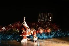 Figurine de Santa Claus, de bonhomme de neige et de décorations de Noël Photo libre de droits