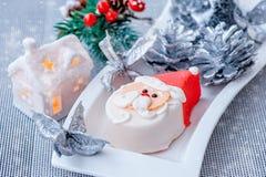 Figurine de Santa Claus de massepain sur la table de nouvelle année Conception du ` s de nouvelle année Décoration de la table de photo stock
