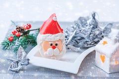 Figurine de Santa Claus de massepain sur la table de nouvelle année Conception du ` s de nouvelle année Décoration de la table de photo libre de droits