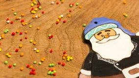 Figurine de Santa Claus sur un fond des boules lumineuses Photo stock