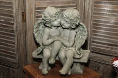 Figurine de vintage de deux anges tenant des mains photos libres de droits