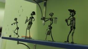 Figurine del metallo della gente stock footage