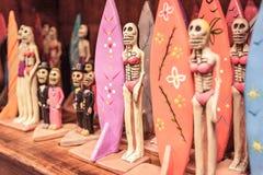 Figurine del surfista sullo scaffale - giorno dei morti Fotografia Stock Libera da Diritti