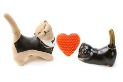 Figurine dell'argilla dei gatti con gli ornamenti dorati Fotografie Stock