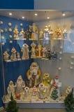 Figurine delle ragazze della neve e di Santa Clauses Fotografie Stock Libere da Diritti