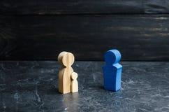 Figurine di legno della madre con il bambino ed il padre Il concetto di forte famiglia, patronato Individuazione del padre nuovo  fotografia stock