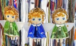 Figurine di vetro degli angeli in vestiti variopinti immagine stock