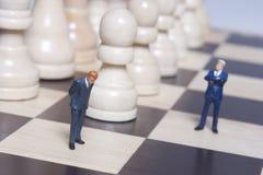 Figurine e xadrez do negócio Imagem de Stock Royalty Free