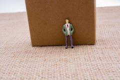 Figurine emprisonnée en cercle d'une chaîne Photo stock