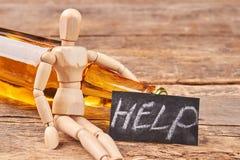 Figurine en bois d'homme avec de l'alcool Photographie stock libre de droits