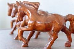 Figurine en bois de cheval sur un fond brouillé photo stock