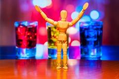 Figurine en bois heureuse de muet, de mannequin ou d'homme Image libre de droits