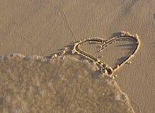 Figurine en forme de coeur sur le sable Images libres de droits
