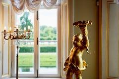 Figurine et bougeoir de cupidon sur des rideaux en fenêtre de fond de vintage Amour, mariage Images libres de droits