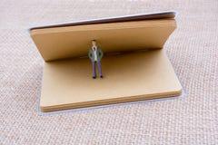 Figurine et cube en amour dans un carnet Images stock