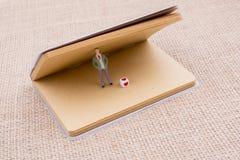 Figurine et cube en amour dans un carnet Photo libre de droits