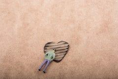 Figurine et en forme de coeur brûlés hors d'un carton Photo stock