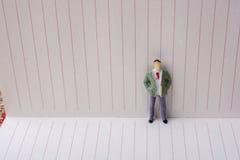 Figurine et une flèche de papier dans un carnet Image libre de droits