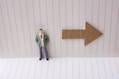 Figurine et une flèche de papier dans un carnet Images libres de droits
