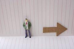 Figurine et une flèche de papier dans un carnet Images stock
