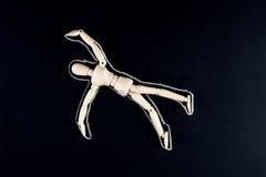 Figurine factice en bois s'étendant sur le plancher avec le contour de craie - c Photographie stock libre de droits