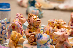 Figurine fatte a mano variopinte dipinte dell'argilla delle scimmie Fotografia Stock Libera da Diritti