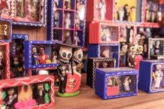 Figurine messicane dell'artigiano sullo scaffale Immagini Stock Libere da Diritti