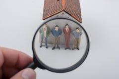 Figurine minuscule de mod?le de l'homme en vue images stock