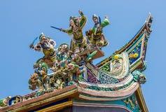 Figurine på det kinesiska tempeltaket Royaltyfri Fotografi