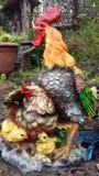 Figurine pour le jardin : un coq, une poule, poulets photo stock