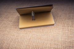 Figurine se tenant dans un carnet image libre de droits