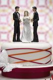 Figurine sulla torta nunziale fotografia stock libera da diritti