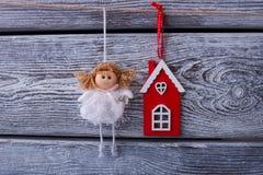 Figurines ангела и дома Стоковые Изображения