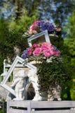 Figurines в саде с цветками в вазах Стоковые Фотографии RF