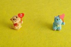 2 figurines держа сердца Стоковые Изображения RF