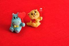2 figurines держа сердца Стоковые Фото