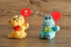 2 figurines держа сердца Стоковое Изображение RF