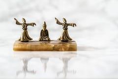 Figurines завихряясь дервиша бронзовые с мраморным постаментом стоковые изображения