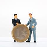 figurines одно евро монетки бизнесменов Стоковые Изображения