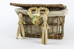 2 figurines соломы перед винтажной коробкой Стоковые Изображения