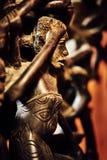 Figurines негра отрезали из черного дерева на красной предпосылке стоковая фотография rf